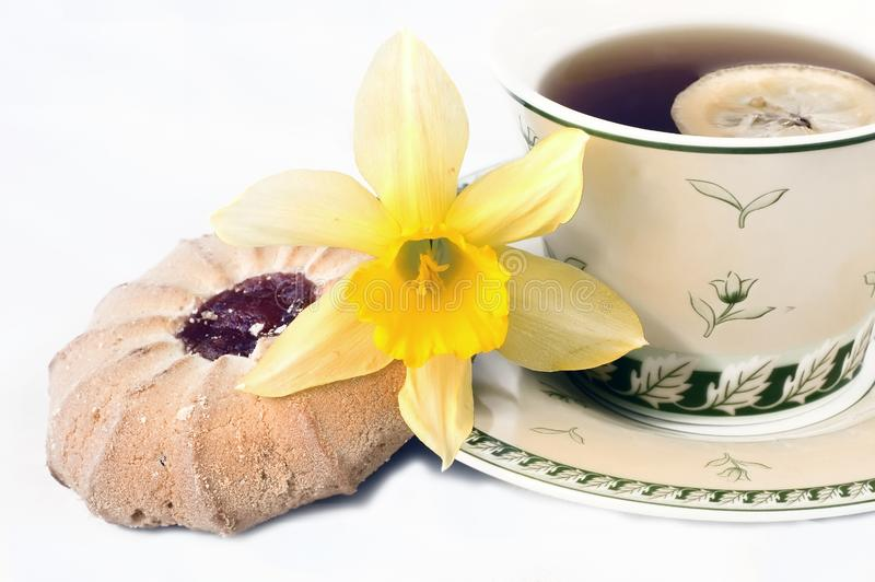 Copo de chá com limão e biscoito fotografia de stock royalty free
