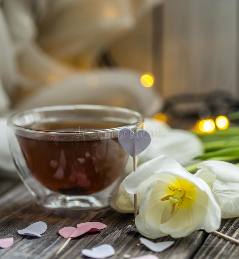 Copo de chá do dia de Valentim com coração fotos de stock royalty free