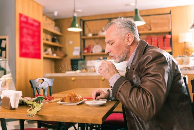 Copo de cheiro de surpresa do sentimento farpado do homem do café fresco fotos de stock