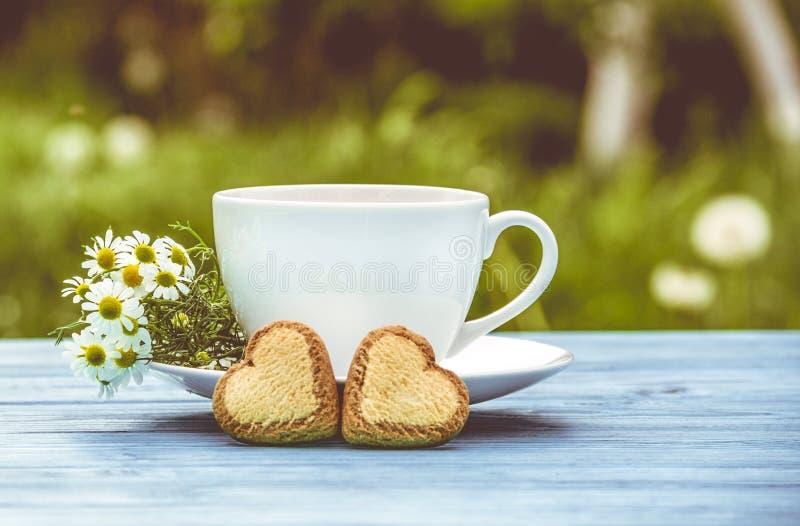 Copo de corações da tisana e das cookies Conceito romântico fotos de stock royalty free