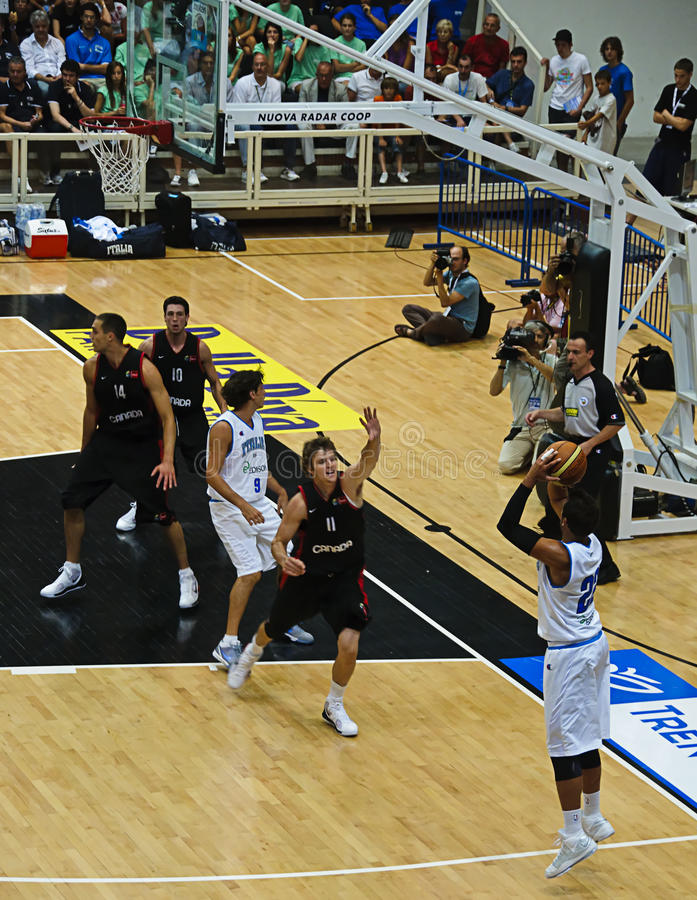 Copo de FIBA Trentino: Italy contra Canadá fotografia de stock
