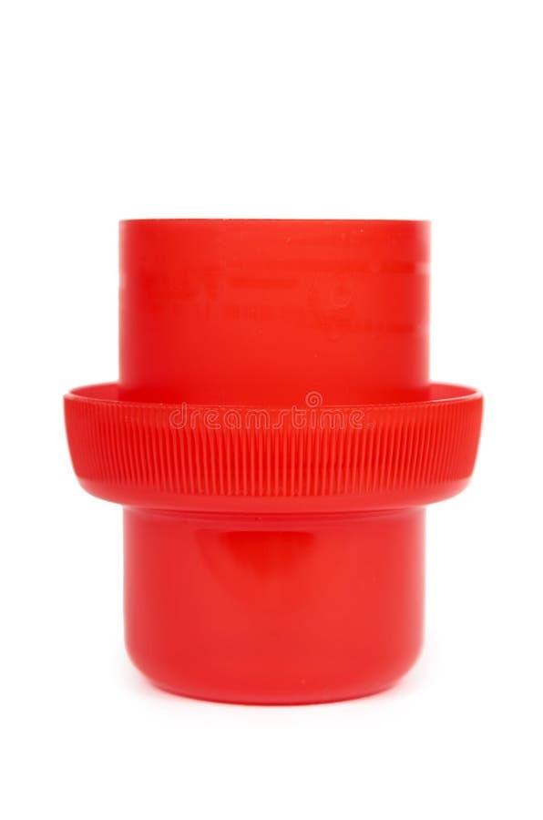 Copo de medição para o detergente líquido, isolado no fundo branco imagens de stock