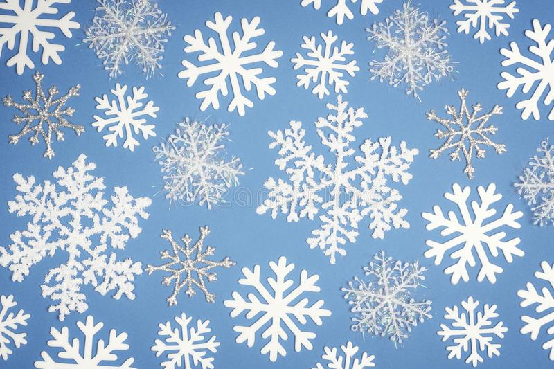 Copo de nieve blanco del modelo de la Navidad en fondo azul Visión superior imágenes de archivo libres de regalías