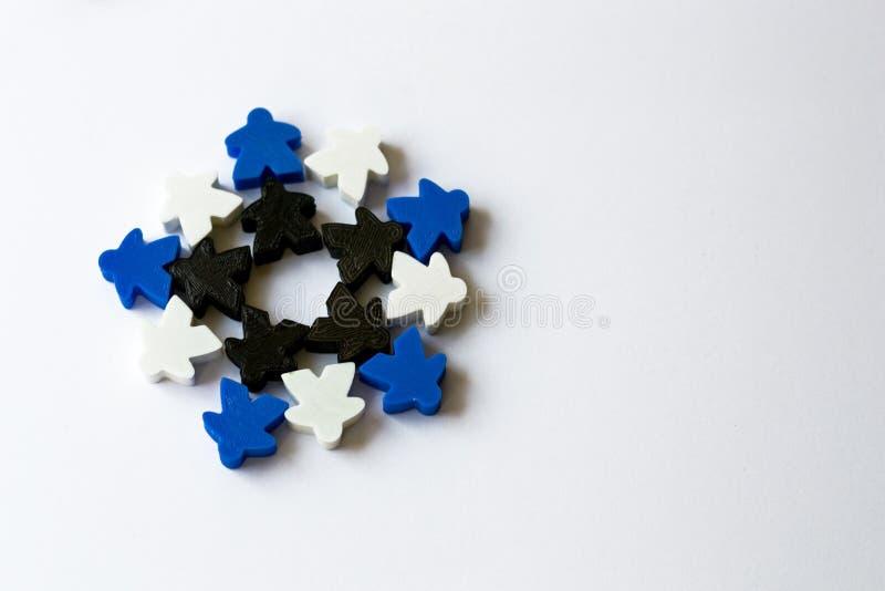 copo de nieve del invierno hecho de los meeples - componentes del juego de mesa de la estrategia en el fondo blanco con el copysp fotografía de archivo libre de regalías