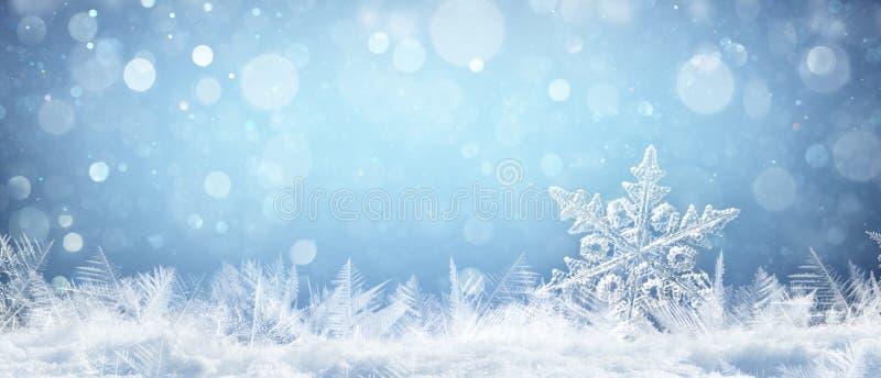 Copo de nieve en cierre natural de la nieve acumulada por la ventisca para arriba foto de archivo libre de regalías