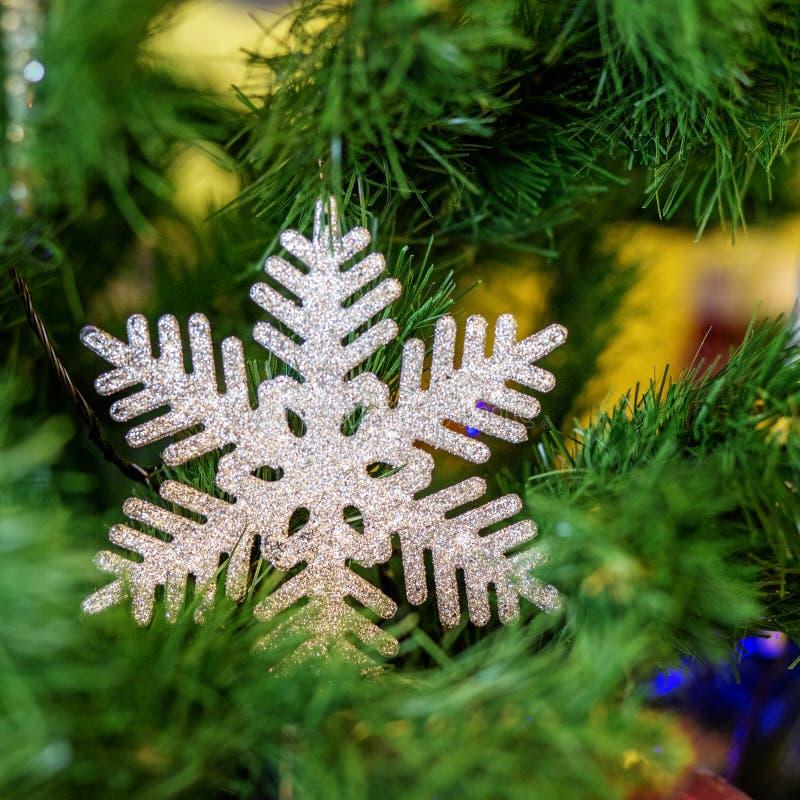 Copo de nieve en el árbol de navidad Fondo ` S y Christma del Año Nuevo fotos de archivo