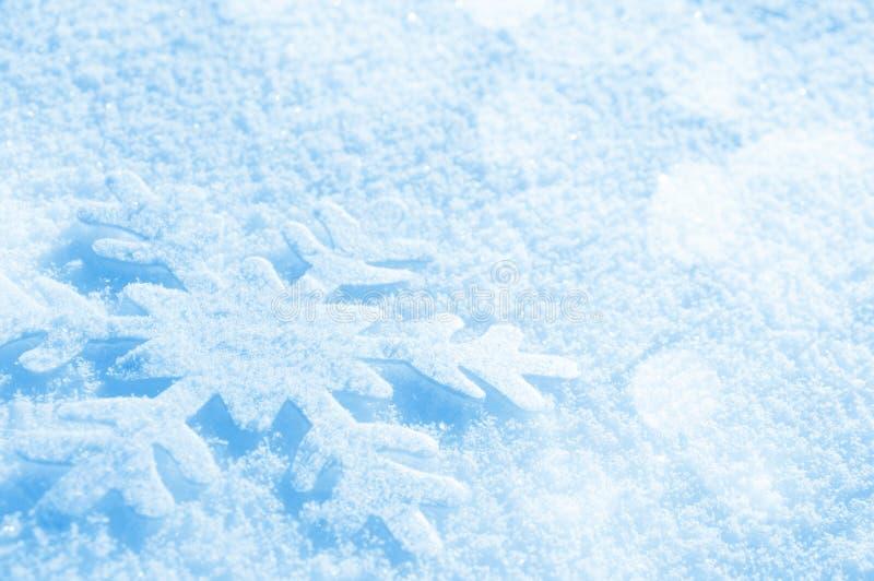 Copo de nieve en la nieve imagen de archivo