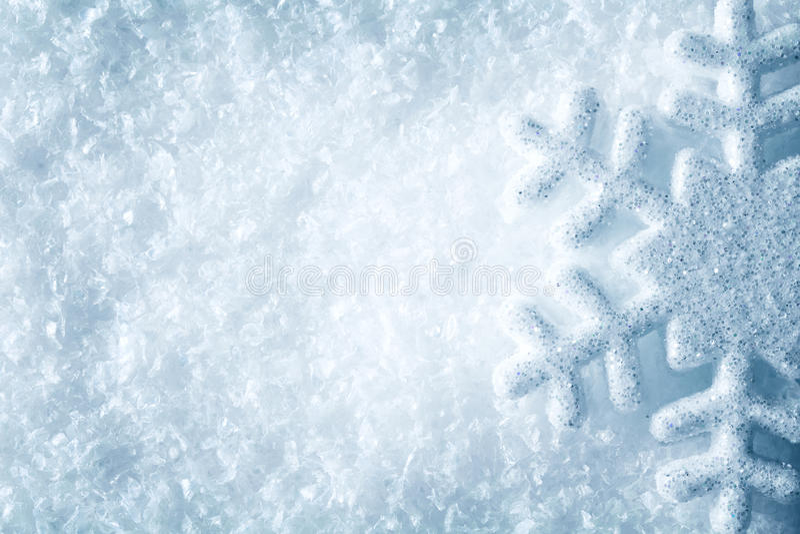 Copo de nieve en la nieve, fondo azul del invierno de los cristales de la escama de la nieve foto de archivo libre de regalías