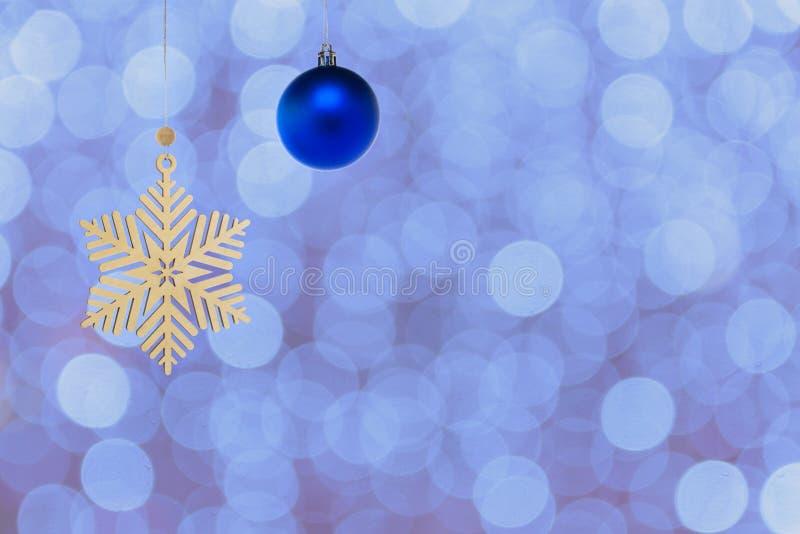 Copo de nieve de madera, juguete de Navidad en un fondo colorido fotos de archivo