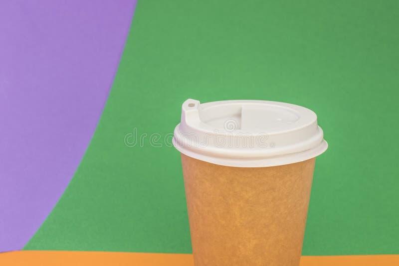 Copo de papel com café no fundo verde-claro imagem de stock