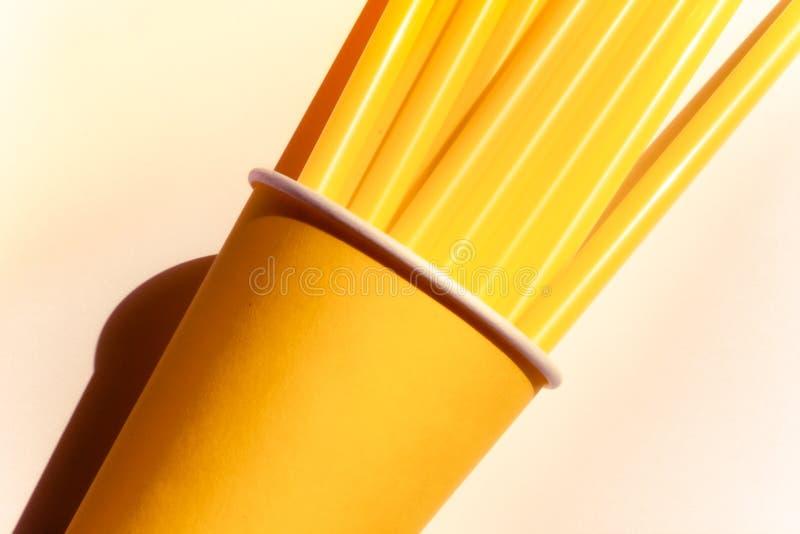 Copo de papel e palhas amarelos foto de stock
