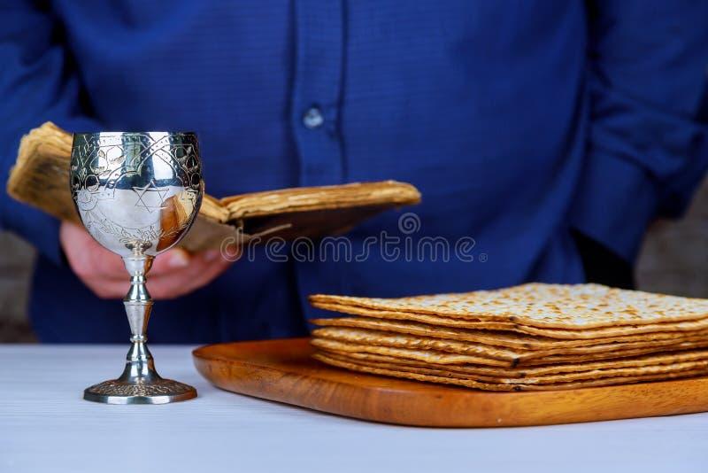 Copo de prata do vinho com matzah, símbolos judaicos para o feriado de Pesach da páscoa judaica Conceito da páscoa judaica foto de stock royalty free