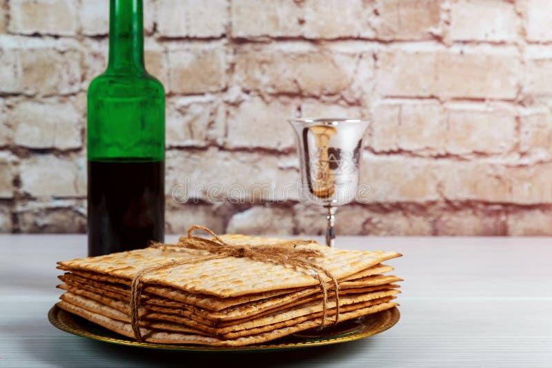 Copo de prata do vinho com matzah, símbolos judaicos para o feriado de Pesach da páscoa judaica Conceito da páscoa judaica fotos de stock royalty free