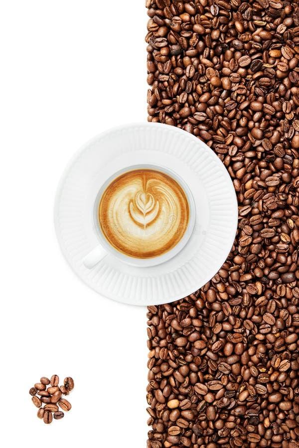 Copo de um atrasado, grupo de feijões de café no canto inferior esquerdo, punho do copo que enfrenta 8 horas imagem de stock