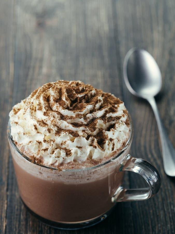 Copo de vidro com chocolate quente e chantiliy imagens de stock royalty free