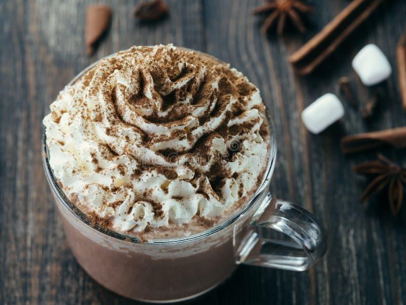 Copo de vidro com chocolate quente e chantiliy fotos de stock royalty free