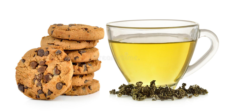 Copo de vidro do chá verde e da cookie dos pedaços de chocolate fotos de stock royalty free