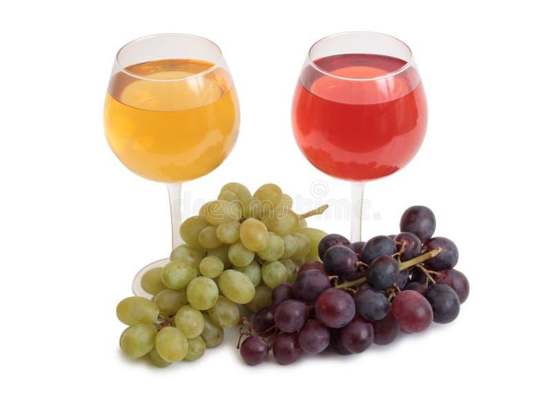 Copo de vinho e uvas no branco foto de stock royalty free