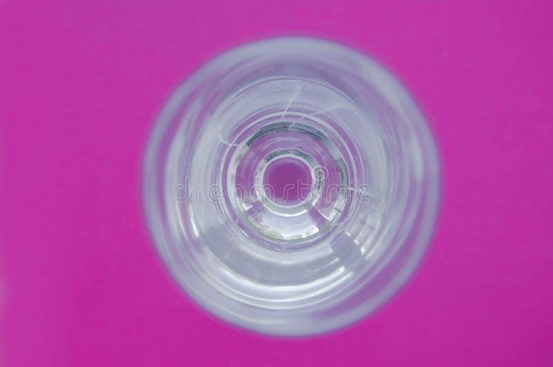 Copo de vinho de vidro com reflexões no fundo vívido cor-de-rosa Vista de acima Abstrac??o imagens de stock royalty free