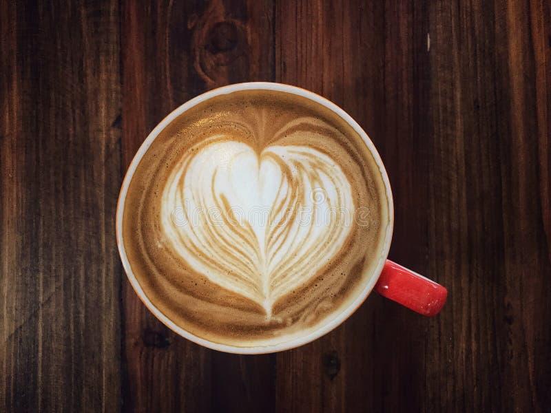 Copo do amor, café do serviço da arte do latte do coração do amor imagens de stock