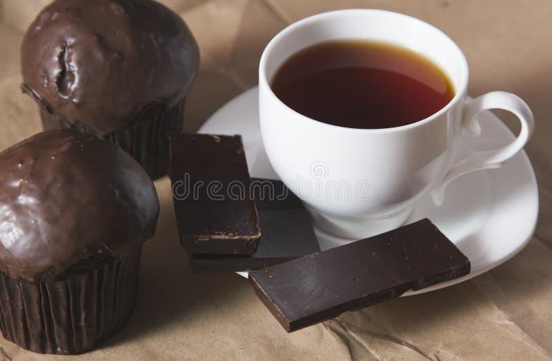 copo do bolo do chá e de chocolate foto de stock