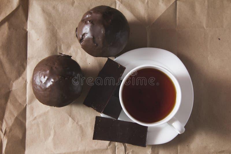 Copo do bolo do chá e de chocolate e do chocolate imagem de stock