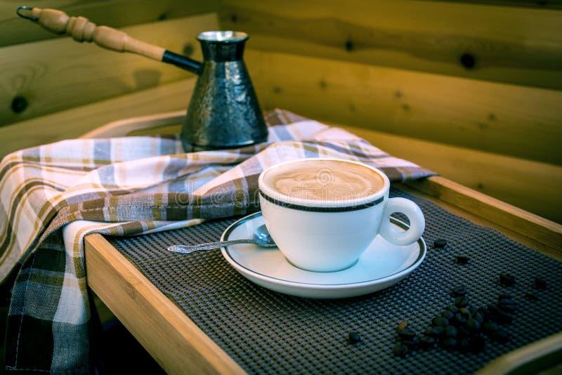 Copo do branco do cappuccino imagens de stock