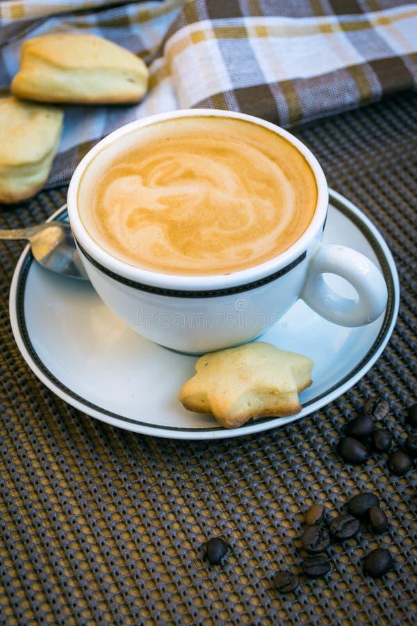 Copo do branco do cappuccino fotografia de stock royalty free
