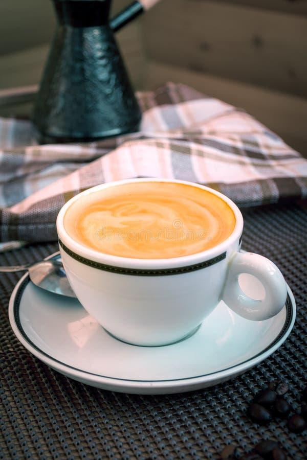 Copo do branco do cappuccino imagem de stock