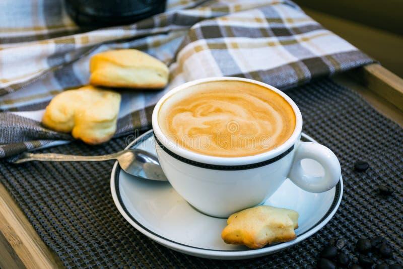 Copo do branco do cappuccino imagens de stock royalty free