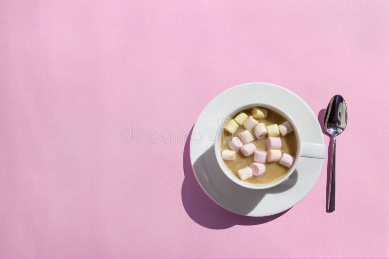 Copo do cacau/café quentes com os marshmallows na tabela cor-de-rosa, vista superior, configuração lisa fotografia de stock royalty free