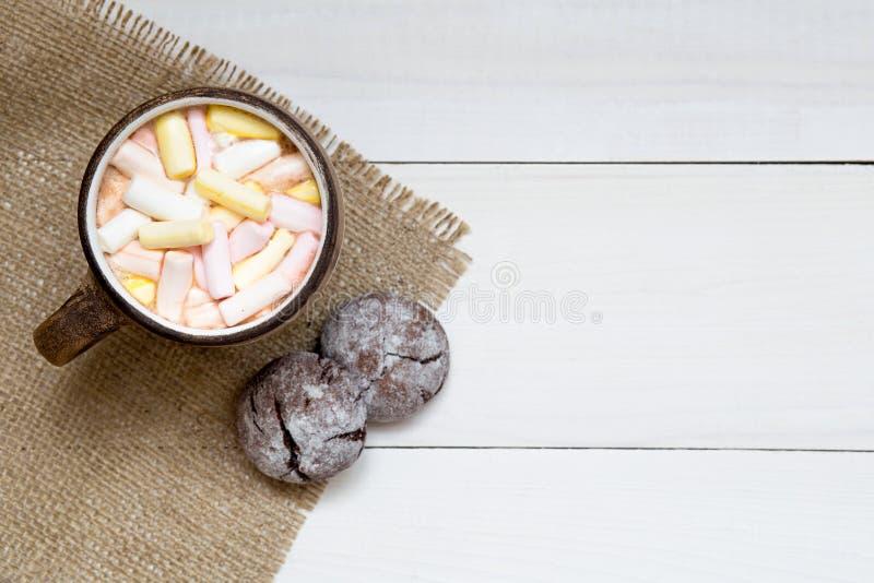 Copo do cacau quente com marshmallows e cookies na tabela branca, vista superior, espaço da cópia imagens de stock royalty free