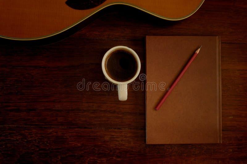 Copo do caderno, do lápis e de café fotografia de stock
