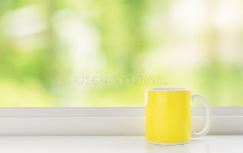 Copo do café amarelo fotografia de stock royalty free