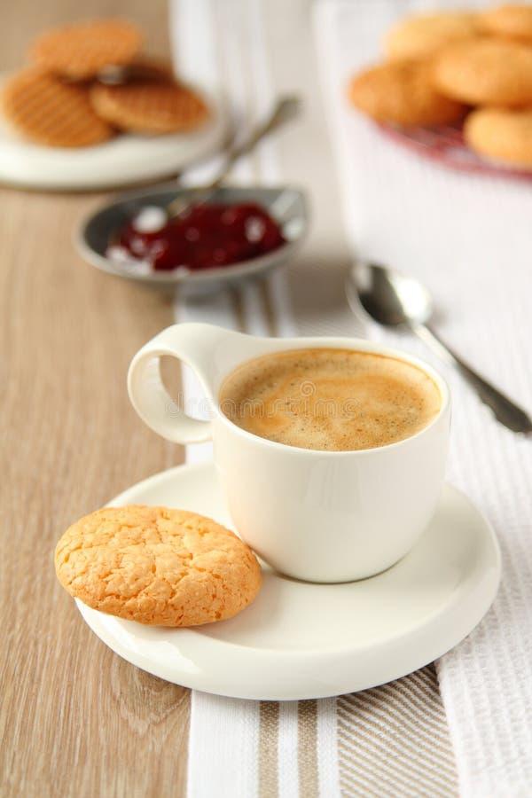 Copo do café com biscoitos do coco em uma placa foto de stock