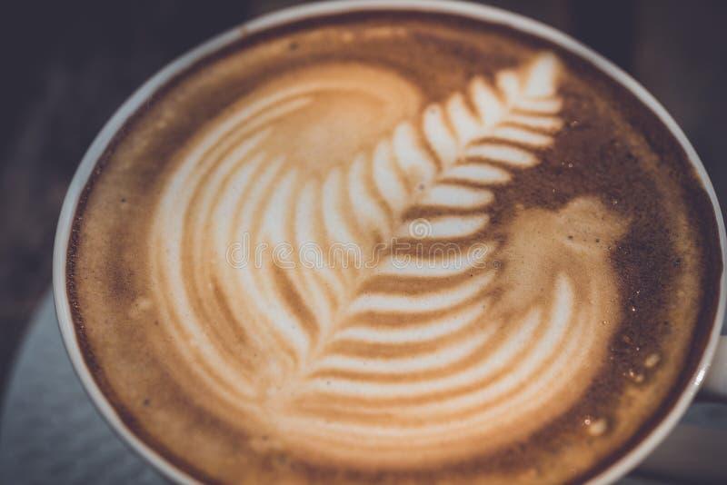 Copo do café do latte na tabela de madeira fotos de stock
