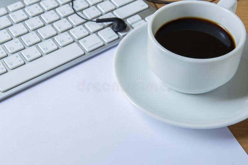Copo do café e do teclado perfumados foto de stock royalty free