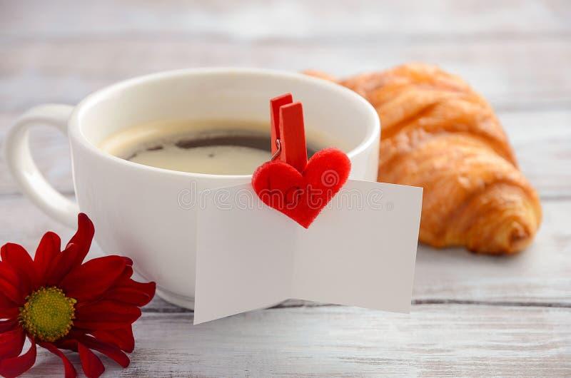 Copo do café fresco da manhã com croissant Conceito do dia do ` s do Valentim imagens de stock
