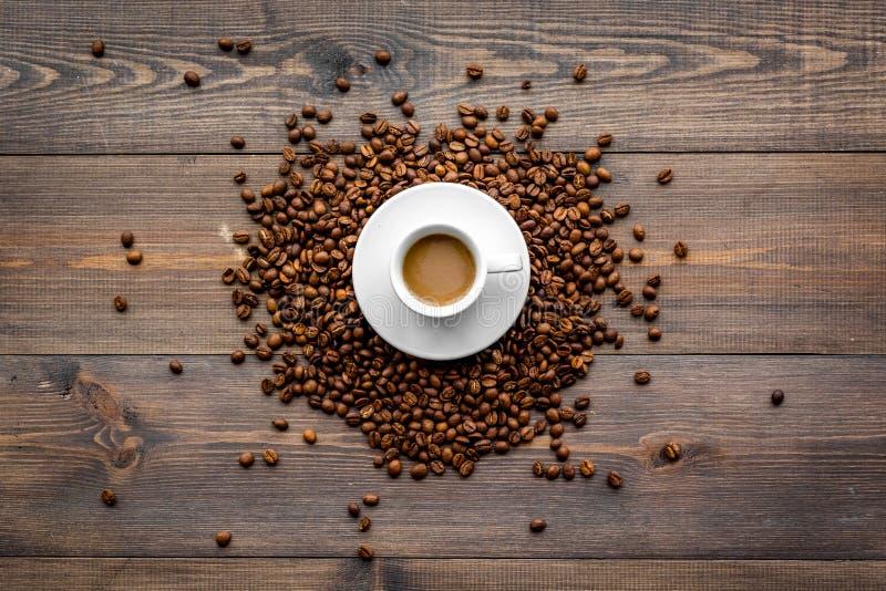 Copo do café leitoso na opinião de tampo da mesa de madeira escura Fundo do café imagens de stock