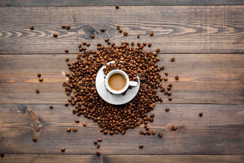 Copo do café leitoso na opinião de tampo da mesa de madeira escura Fundo do café foto de stock