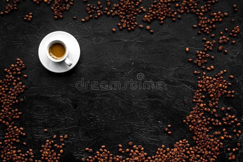 Copo do café leitoso no copyspace preto da opinião de tampo da mesa Fundo do café imagens de stock