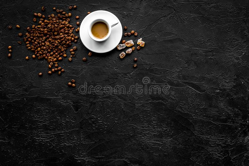 Copo do café leitoso no copyspace preto da opinião de tampo da mesa Fundo do café fotografia de stock