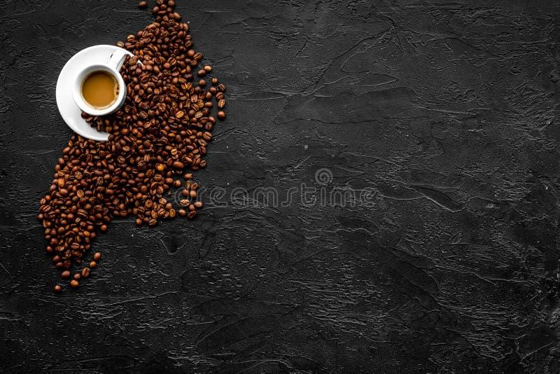 Copo do café leitoso no espaço preto da cópia da opinião de tampo da mesa Fundo do café foto de stock royalty free