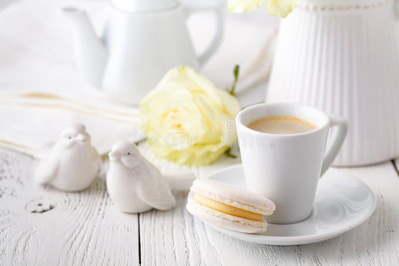 Copo do café perfumado em um café da manhã fêmea da manhã foto de stock