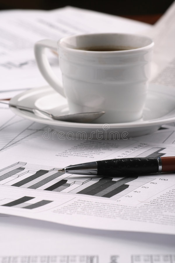 Copo do café perfumado em um negócio do papel de manhã fotografia de stock royalty free