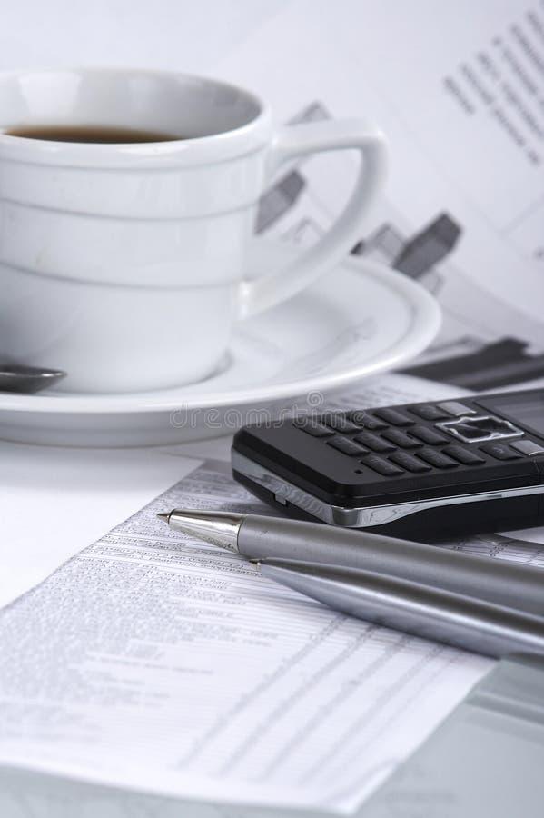 Copo do café perfumado em um negócio do papel de manhã fotos de stock royalty free