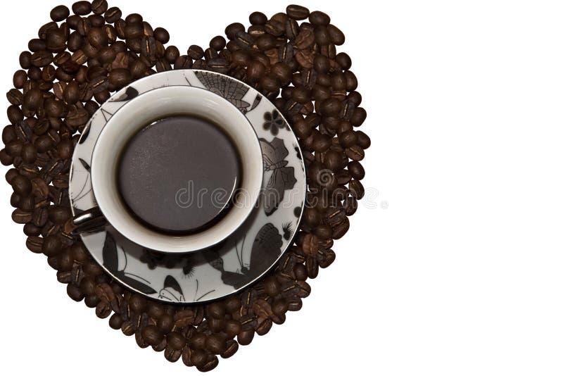 Copo do café preto com coração dos feijões de café foto de stock royalty free