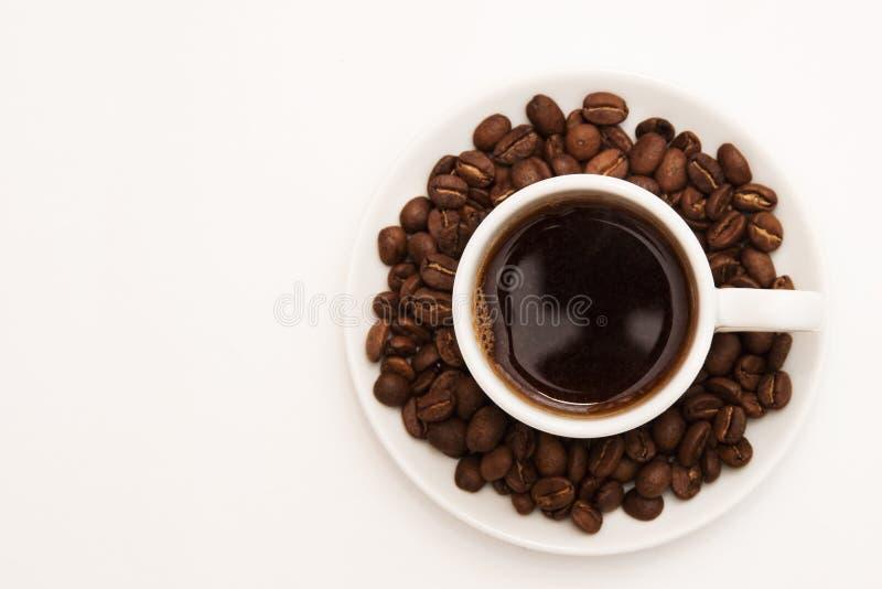 Copo do café preto com feijões de café imagens de stock royalty free