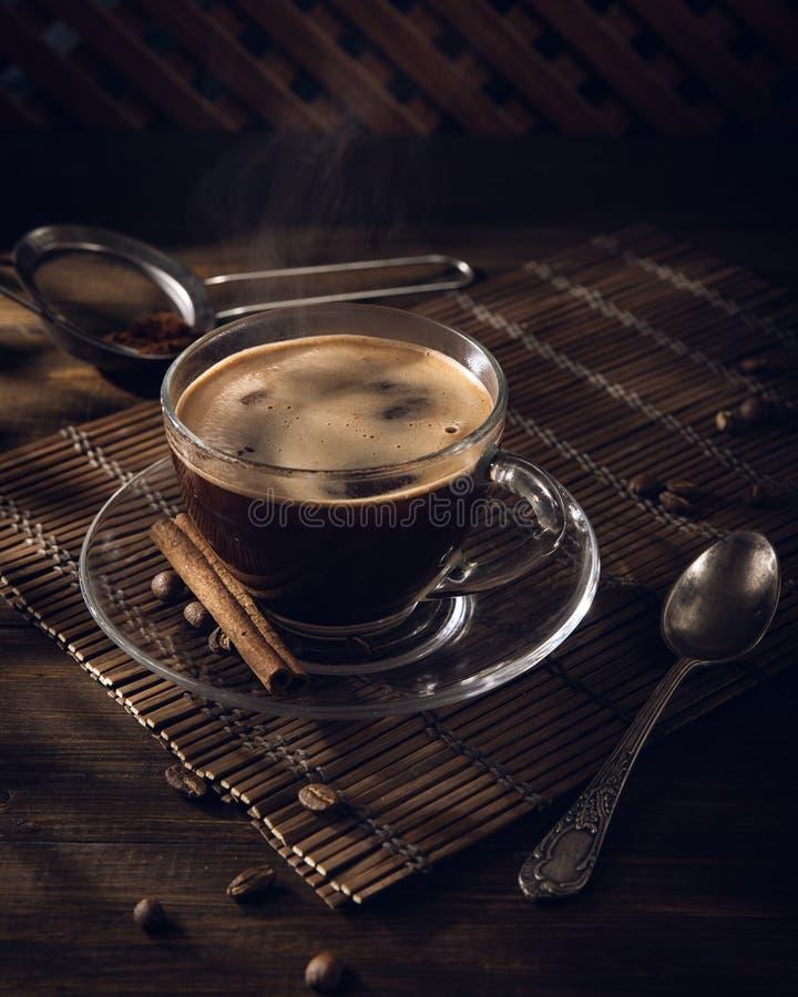 Copo do café preto na tabela com creme imagens de stock royalty free