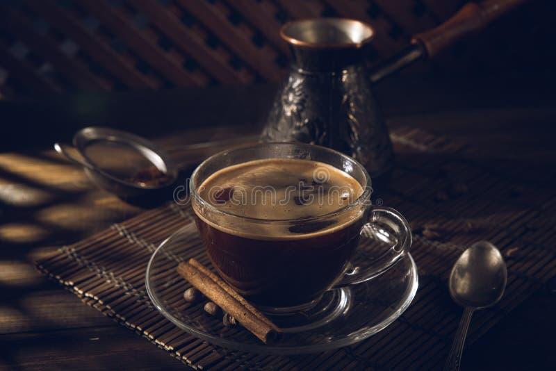 Copo do café preto na tabela com creme imagem de stock